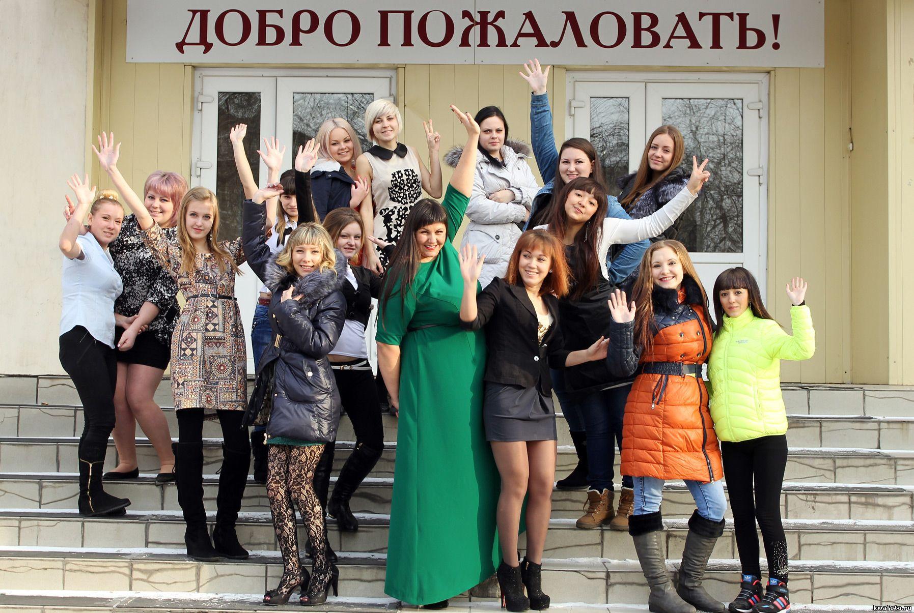 групповое фото на крыльце школы для выпускного альбома, фотокниги